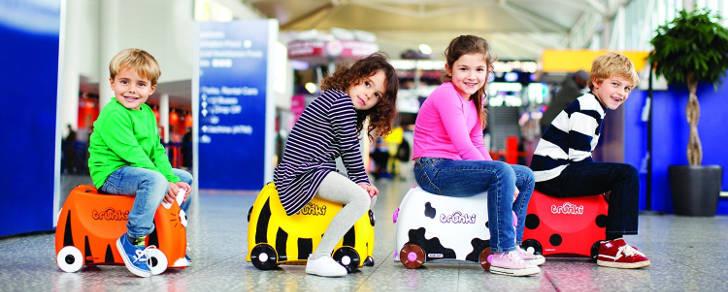 enfants sur des valises trunki